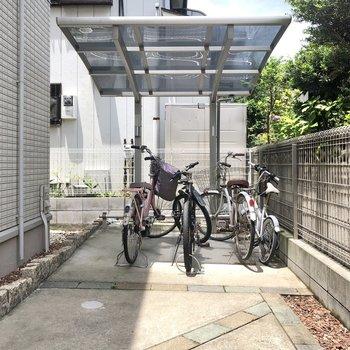 敷地奥に駐輪スペースがあります。