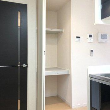【LDK】キッチン横には、日用品のストックに便利そうなクローゼットもあります。