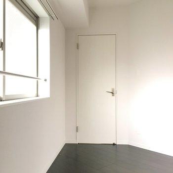 リビング横には変わった形の5.5帖の洋室。ベッドは小さめがいいかな(※写真は6階の同間取り別部屋のものです)