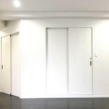 戻ってリビング。この扉の奥が脱衣所です(※写真は6階の同間取り別部屋のものです)