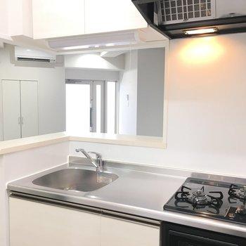 キッチンは2口コンロにグリル付き(※写真は6階の同間取り別部屋のものです)