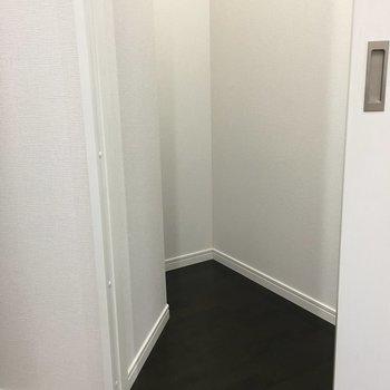 脱衣所の扉横には変わった形の収納スペース(※写真は6階の同間取り別部屋のものです)