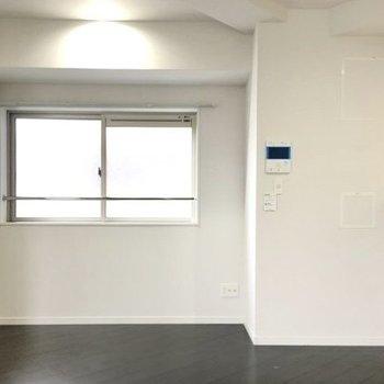 キッチンの前にシンプルな窓。リビングの換気はここで(※写真は6階の同間取り別部屋のものです)