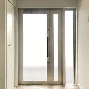 玄関の床はお洒落なタイル柄(※写真は6階の同間取り別部屋のものです)