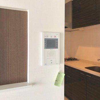 キッチン横には素敵なニッチ(※写真は4階の同間取り別部屋、清掃前のものです)