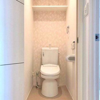 トイレは何だか可愛らしい雰囲気(※写真は4階の同間取り別部屋、清掃前のものです)