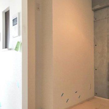 裏にはスリムな食器棚や冷蔵庫を置くスペースあります(※写真は4階の同間取り別部屋、清掃前のものです)