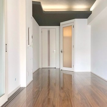 間接照明や天井の濃い色も洗練された印象です(※写真は4階の同間取り別部屋、清掃前のものです)