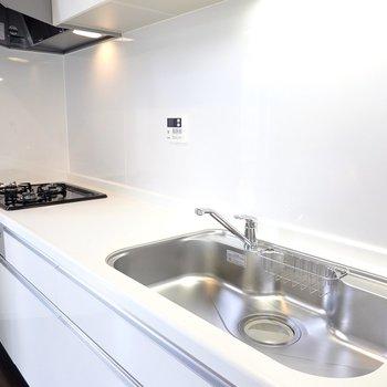 シンクも調理スペースも広め。3口コンロに魚焼きグリルも付いて快適に料理ができそう。