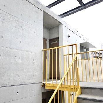 共用部はオープンな空間ですが屋根があるので多少の雨なら安心。