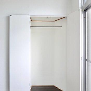 窓の隣には少しコンパクトなクローゼット。コート掛けなどに。
