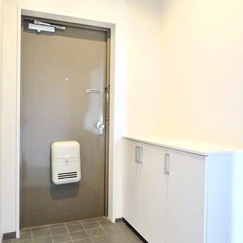 玄関は広々。腰ほどの高さの靴箱ですが、そのおかげで開放感があります。