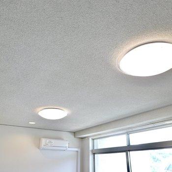 室内のシーリングライトは全て調光調色対応。夜の時間も暖色で素敵な雰囲気に早変わり。