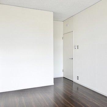 寝室にも書斎にも、ホームオフィスにもできます。左手には小さな採光窓付き。