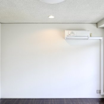 壁際にはスポットライト。テレビや家具を温かく照らしてくれます。