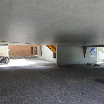 1階は屋根付きの駐車場に。天井高が低いので止められる車種は要確認。