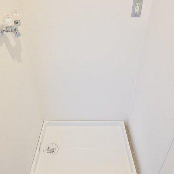 脱衣所の左手前には洗濯機置き場。大きなサイズのモノも置けそう。