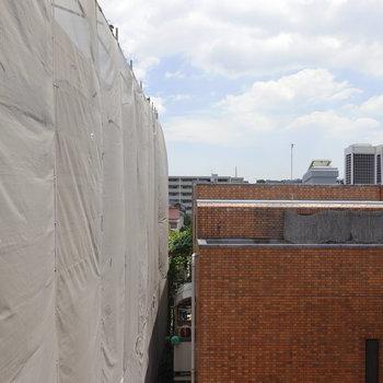 正面の眺望は2つのお隣の建物。左隣は修繕中のようです。