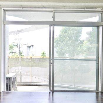 この大きな窓が柔らかい光を届けてくれます。