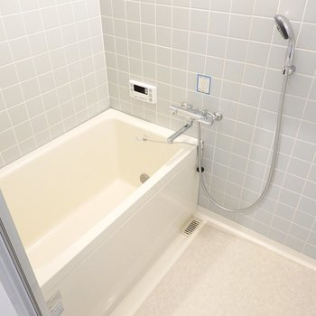 お風呂はレトロなタイル張りですが、浴槽は追い焚き付きで水栓やシャワーヘッドも綺麗。