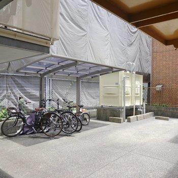 奥には屋根付きの駐輪場と屋根無しの駐車場も。