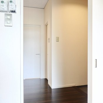 廊下に出て正面にトイレ、その左に洋室のドア。