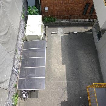 下を向くと1階の駐輪場と駐車場が見えます。