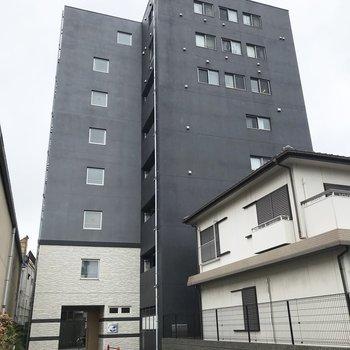 住宅街に現れたマット感ある ブラックマンション。