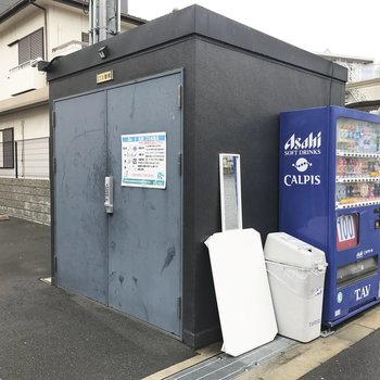 駐車場の向こう側にゴミ捨て場。