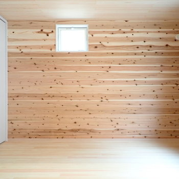 2階洋室】グリーンがとっても似合いそう。小窓がかわいい。