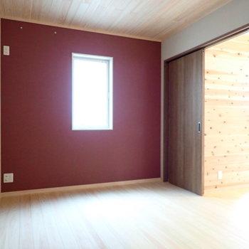 2階洋室】ワインレッドの壁紙!
