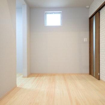 向こうの壁に収納棚を置きたいなあ。