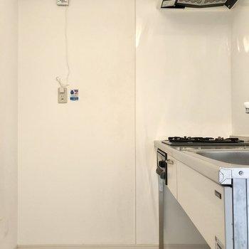 キッチンはそこまで狭く感じません。後ろに冷蔵庫置けそうです。(※写真は清掃前です)