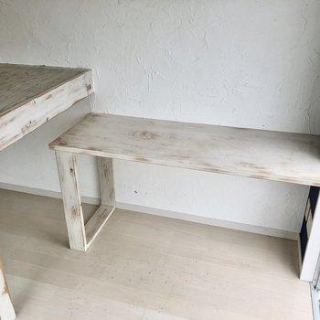 隣にはテーブル付き。棚としても使えそう(※写真は清掃前です)