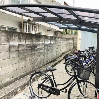 自転車置き場は屋根付きで安心。