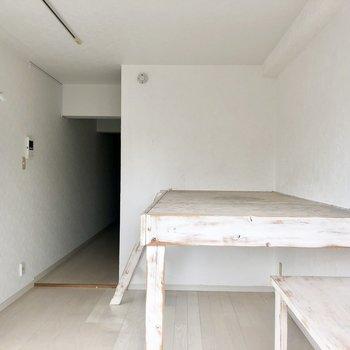ベッドの下は、しゃがんで移動できる高さ。収納スペースとして上手く利用したいです。(※写真は清掃前です)
