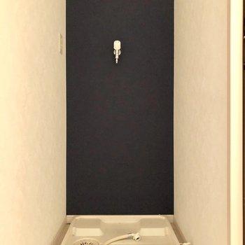 洗濯機置場も室内で安心。ここもネイビークロスでぬかりなく。(※写真は清掃前です)