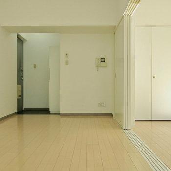 玄関から見えるのでパーテーションで目隠ししてもいいですね(※写真は2階の同間取り別部屋のものです)
