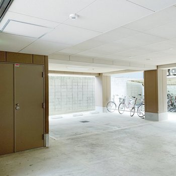 駐車場と駐輪場は一階部分に。屋根があるから雨の日も安心!
