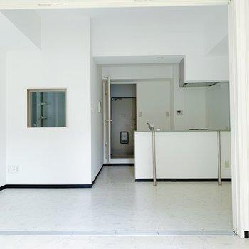 白壁で清潔感◯差し色になる家具を選ぶとバランスが取れそう。(※写真は清掃前のものです)