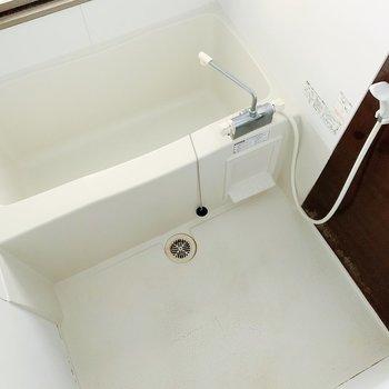 お風呂もまだまだ綺麗。鏡の横に棚付きですよ◎(※写真は清掃前のものです)