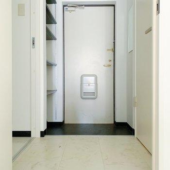 廊下に出て右側がトイレ、左側がお風呂です。(※写真は清掃前のものです)