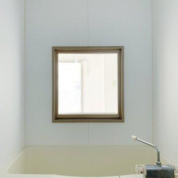 お風呂には小窓が…!洋室がうっすら見える!(※写真は清掃前のものです)