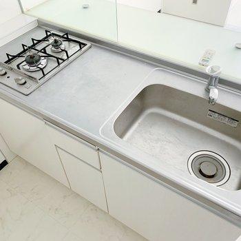 キッチンはシンクも広くて、作業スペースもしっかり!カウンターには料理を順番に並べたい。(※写真は清掃前のものです)