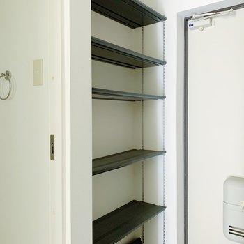 玄関にはオープンタイプの収納。棚の位置は自由に変えれますよ◯(※写真は清掃前のものです)