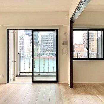 【LDK】仕切りを開いて1つのお部屋として使ってもいいですね。※写真は4階の反転間取り別部屋のものです