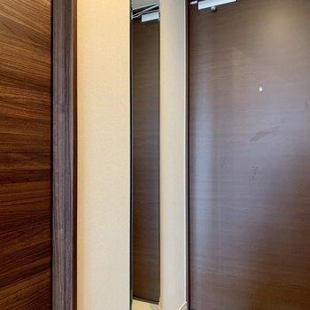 姿見鏡でコーディネートチェックはオッケー!※写真は4階の反転間取り別部屋のものです