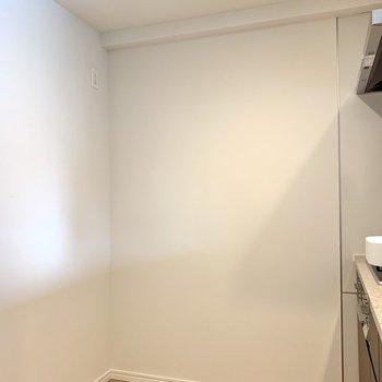 【LDK】冷蔵庫は後ろに置けます。※写真は4階の反転間取り別部屋のものです