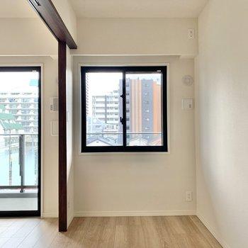 【洋室】窓があって換気もしやすいです。※写真は4階の反転間取り別部屋のものです