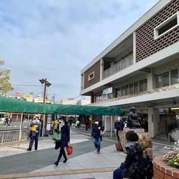 駅周辺はドラッグストアや飲食店などが。賑わっています。